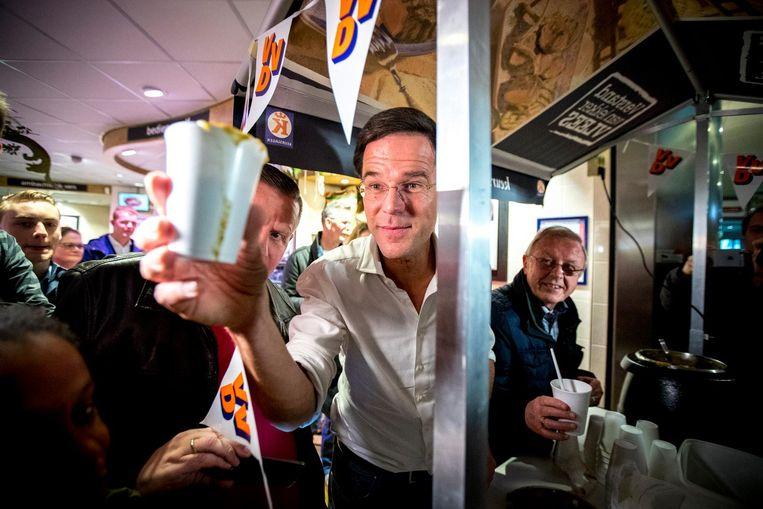 4 MAART, BARENDRECHT: Zelf op campagne ('Heerlijke soep!') noemt VVD-leider Rutte het ongewenst dat de Turkse minister Cavasoglu in Rotterdam campagne komt voeren voor een Turks referendum. Beeld anp