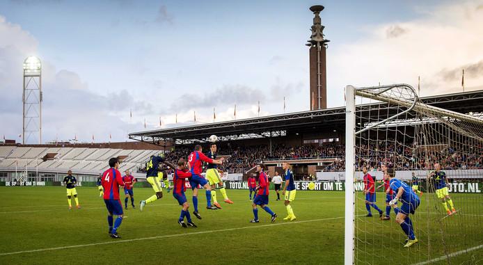 Ajax in actie tegen JOS Watergraafsmeer in het Olympisch Stadion