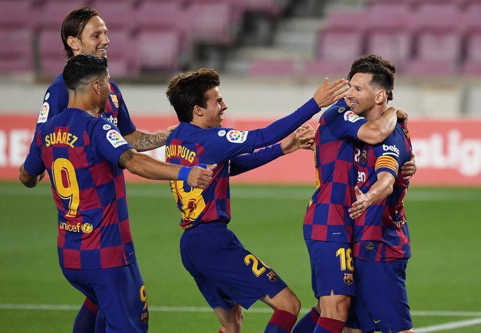 Lionel Messi wordt gefeliciteerd door zijn ploeggenoten na het zevenhonderdste doelpunt in zijn carrière.