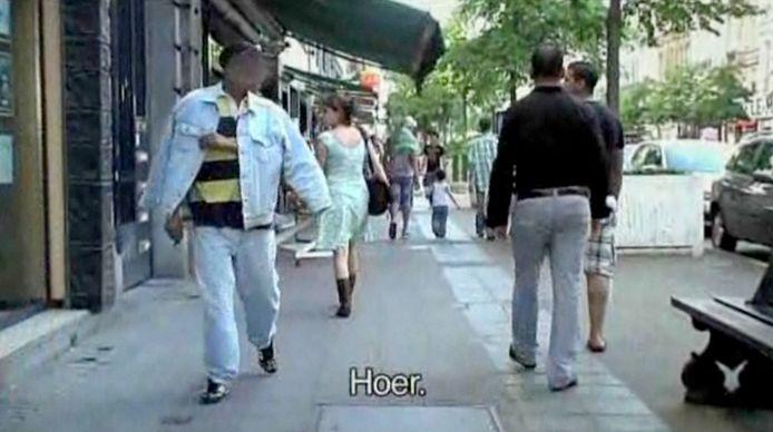 Een beeld uit 'Femme de la rue', de documentaire die Sofie Peeters in 2012 maakte over seksuele intimidatie op straat in Brussel. Ze filmde toen met een verborgen camera hoe ze werd lastiggevallen door mannen die haar naroepen of beledigen.