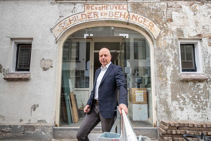 Ad van den Heuvel voor het pand waarop een schildering van zijn overgrootvader is ontdekt.