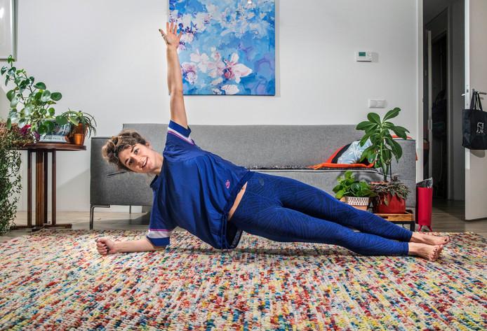 Plank en side plank 30 seconden per kant  Draag je gewicht languit leunend op je onderarmen en tenen. Wissel een gewone plank af met een 'side plank', waarbij je op één kant leunt. Probeer de plank vol te houden terwijl je wisselt. Is het in het begin te zwaar, leun dan op je knieën.