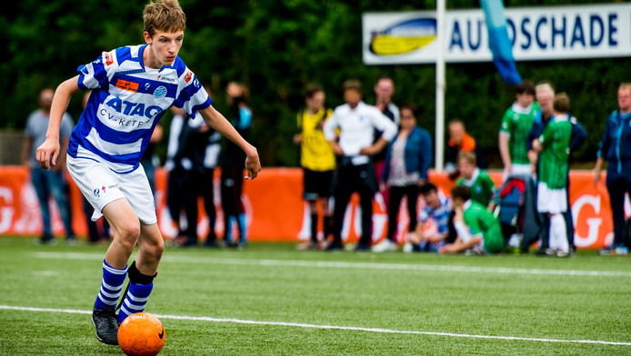 Simon-Jan Engele in actie tijdens de Gehandicapten-voetbaldag.