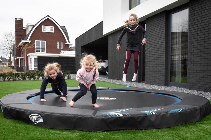 Buitenspeelgoed is nu populair. Vera, Laura en Emma vermaken zich prima op de trampoline.