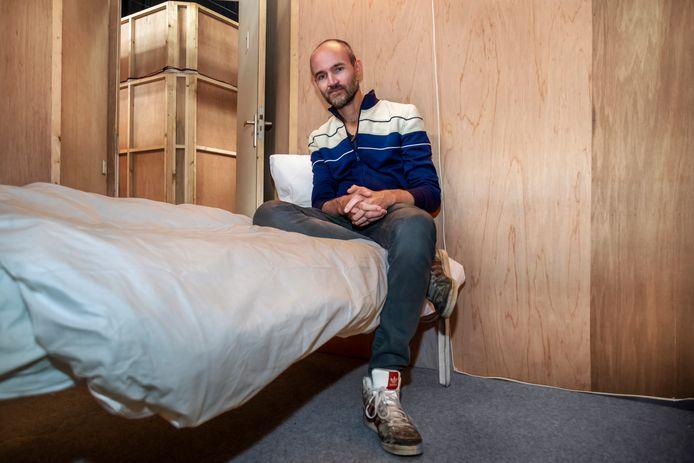 Theatermaker en beeldend kunstenaar Dries Verhoeven in één van de slaapkamertjes in de Werkspoorkathedraal.