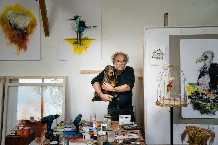 Kunstenaar Onno Hooymeijer in zijn atelier.  Beeld nl