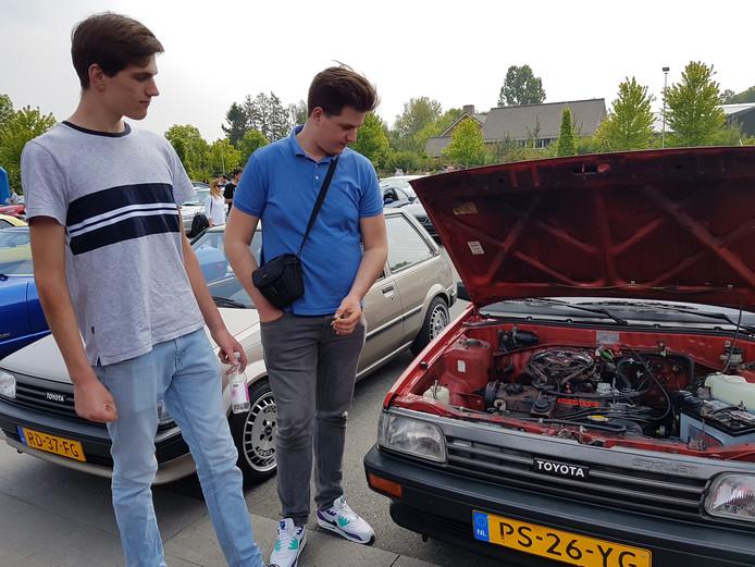 Jerre (links) en Dieter (rechts) de Bie bij hun dierbare Toyota Starlet.