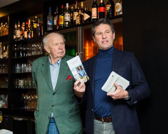Burgemeester Leopold Lippens en schepen Anthony Wittesaele zijn trots op de nieuwe brochure