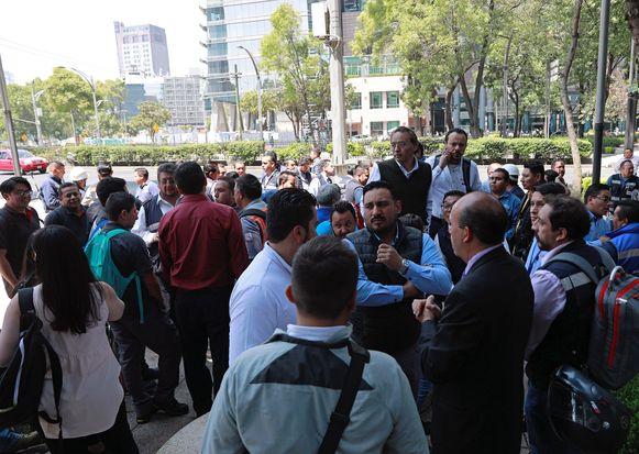 Duizenden mensen wachten op straat tot ze weer terug naar naar hun werk kunnen.