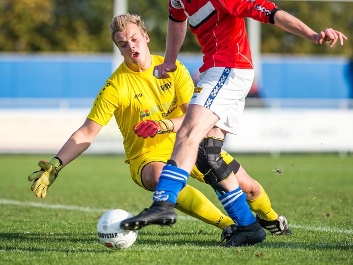 USV-keeper Martijn Scheper pareert een kans van aanvaller Wilco Elshof.