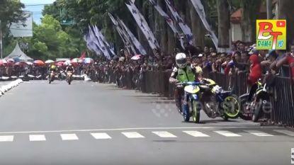 Racer kwakt concurrent genadeloos in de dranghekken. Maar daar zal hij wel heel snel spijt van gehad hebben...