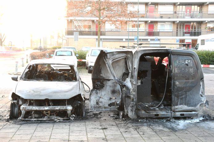 Op het parkeerterrein van winkelcentrum Tournoysveld in Woerden zijn vannacht een bestelbusje en een Volkswagen Polo in brand gevlogen.