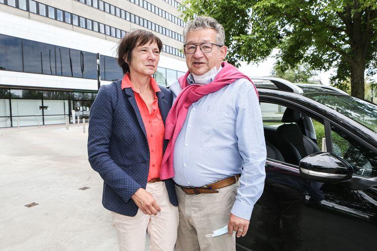 Burgemeester Dirk De fauw verlaat het ziekenhuis met zijn echtgenote An.