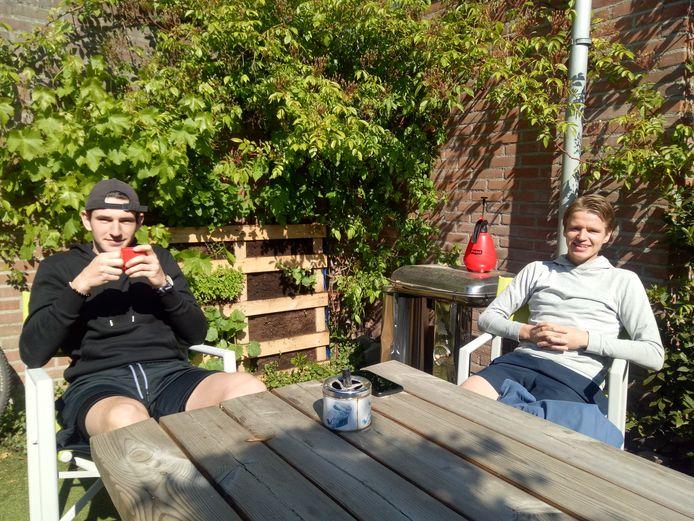 Sander en Robbert voor hun verticale moestuin in de Pioenroosstraat.