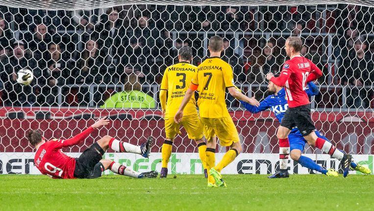 Siem de Jong (r) scoort de 2-0. Beeld anp