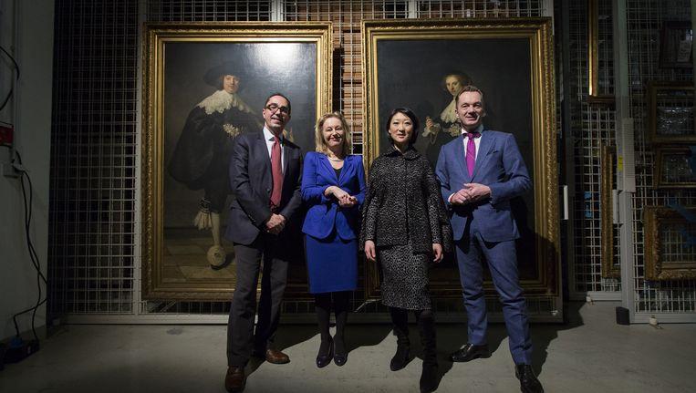 Jean-Luc Martinez (directeur Louvre), Minister Jet Bussemaker van Cultuur en haar Franse ambtgenoot Fleur Pellerin en Wim Pijbes (directeur Rijksmuseum) poseren in het Louvre bij de twee Rembrandt-portretten Maerten Soolmans en Oopjen Coppit. Beeld anp