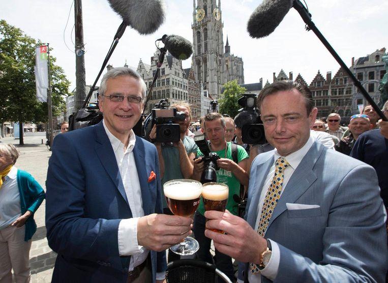 Kandidaat-burgemeester Kris Peeters (CD&V) met de Antwerpse burgemeester Bart De Wever (N-VA) op de Grote Markt in Antwerpen (Archiefbeeld).