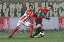 NEC-aanvaller Ole Romeny draait weg bij Norichio Nieveld van TOP Oss.