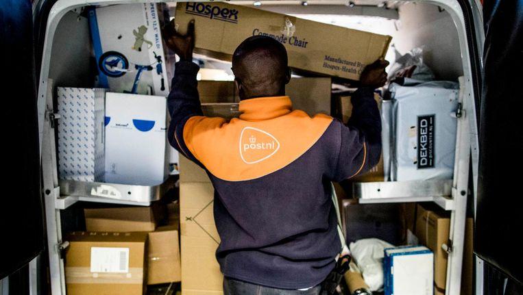 Later deze week wordt bekend waar postbezorgers het werk neerleggen. Beeld anp