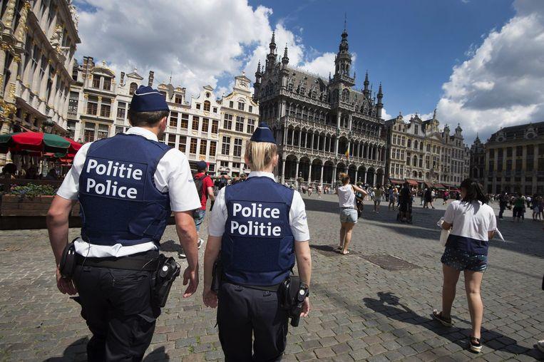 Agenten patrouilleren op de Brusselse Grote Markt.