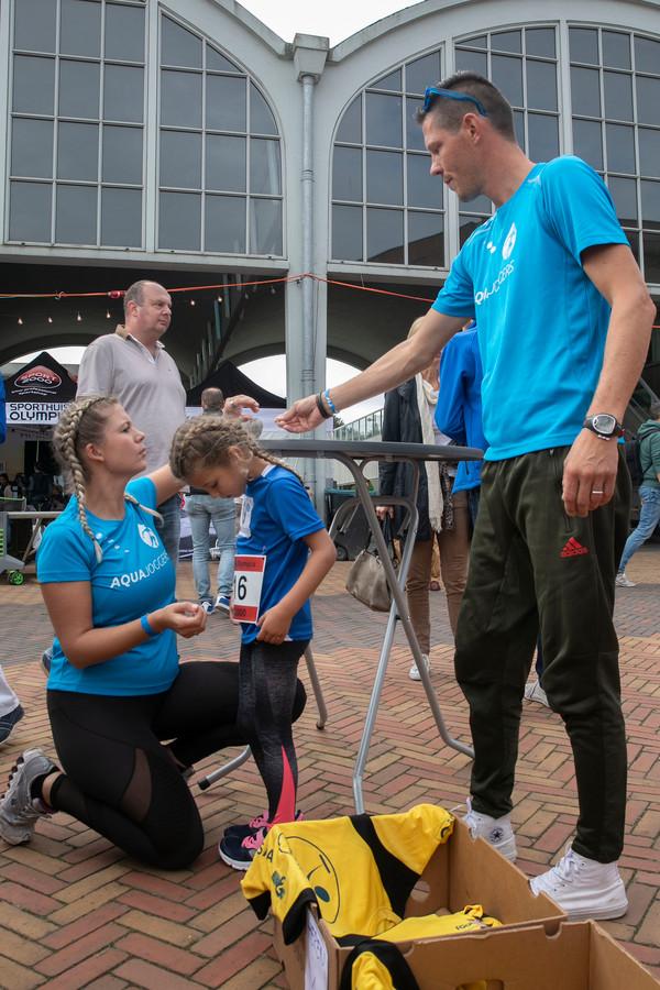 De familie Coolen, moeder Roxanne, Charlie (5) en vader Gijs doen mee met het team Aquajoggers.