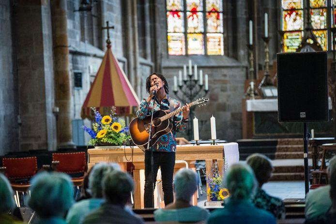 Jeangu Macrooy, hier in de Plechelmuskerk in Oldenzaal, zette ooit carrièrestappen op het Booster Festival.
