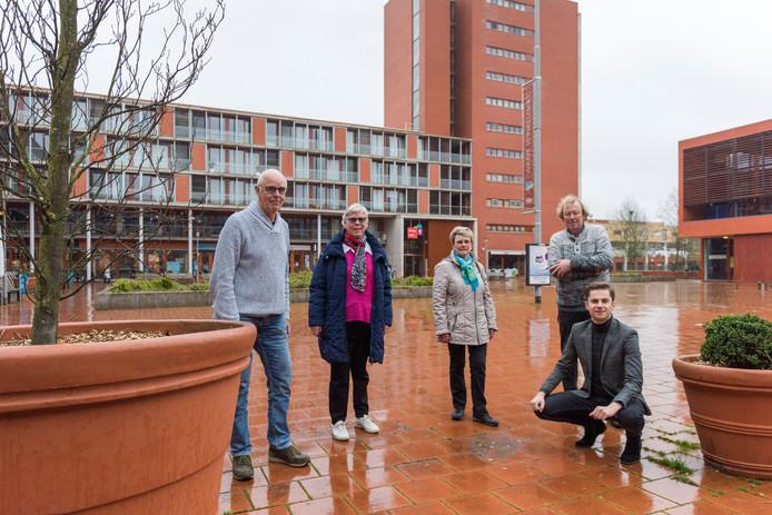 Bewoners van het Ouvertureplein klagen over leefbaarheid aldaar, ook omdat bushalte is vervallen. V.l.n.r.: Klaas Nijmeijer, Bep Klaassen, Hannie van Meerten, Dick Veenstra en Remco van Dooren.