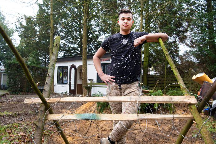 Barry Orie (19) bij zijn mini-oorlogsmuseum aan de Loolaan 44 in Apeldoorn. Hij en andere jongeren worden de dupe van de sluiting van de Hoenderloo Groep. De SP wil weten wat de gemeente Apeldoorn voor hen gaat doen.
