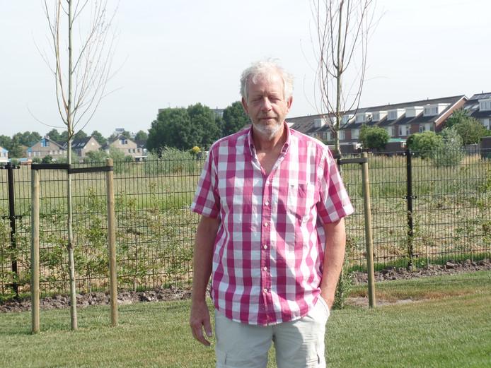Tuinder Jan van Sittert met op de achtergrond het voormalige kassengebied aan de Katwijkerlaan 137.