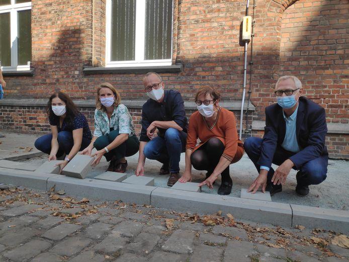 Schepen van Openbare Werken Filip Watteeuw (Groen) legde er samen met zijn collega's Sofie Bracke en Tine Heyse de eerste stenen.
