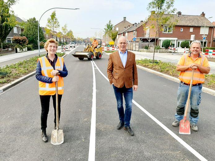Ambtenaar Kitty Scholten, wethouder Jan Martin van Rees en de voorman van wegenbouwer NTP op de vernieuwde Schoolstraat.