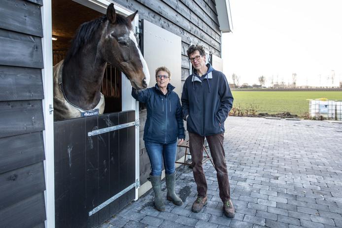 Lucian Voet en Paulus van Staveren met paard Sam bij de nieuwe schuur van hun zorgboerderij in Ovezande.