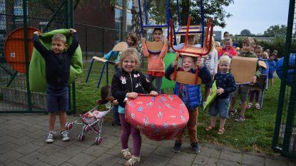 Kinderen verhuizen spullen naar nieuwe opvang
