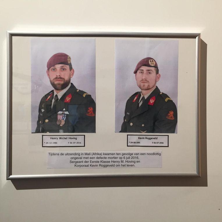 Kevin en Henry in het museum van hun regiment. Beeld null
