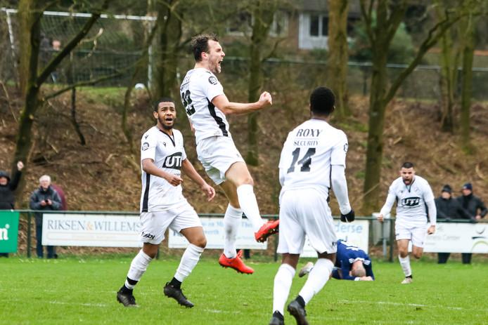 Leon Krznaric van Capelle viert zijn doelpunt.