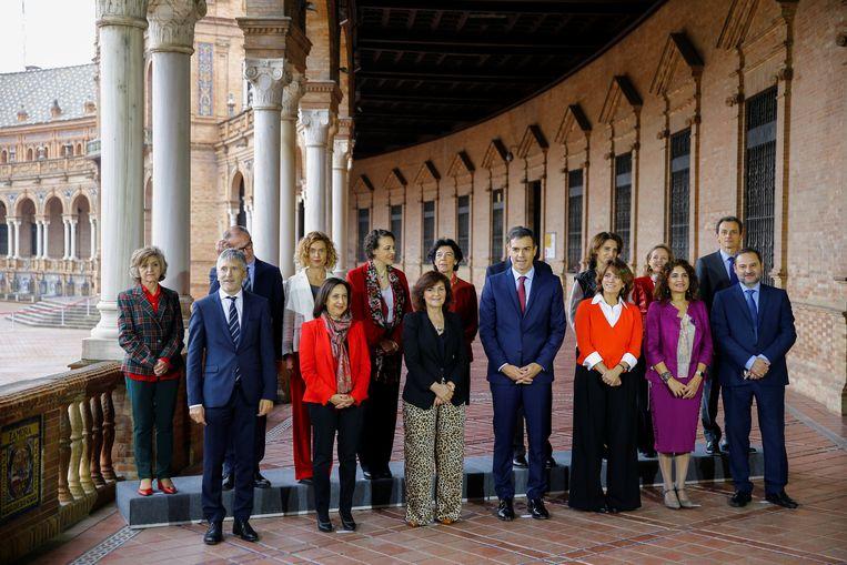 De premier van Spanje en zijn ministers, poserend in Sevilla. De steun voor het linkse kabinet is fors afgebrokkeld. Beeld Reuters