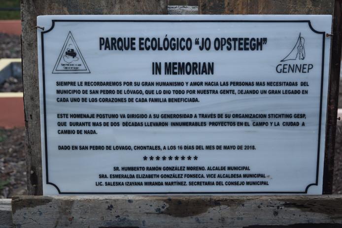 Een plaquette bij het ecologische park in San Pedro herinnert aan Jo Opsteegh.