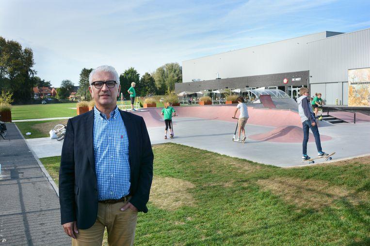 Burgemeester Stany De Rechter (GeBe) aan het skatepark. Het is een van plaatsen waar bewakingscamera's komen in de strijd tegen overlast.