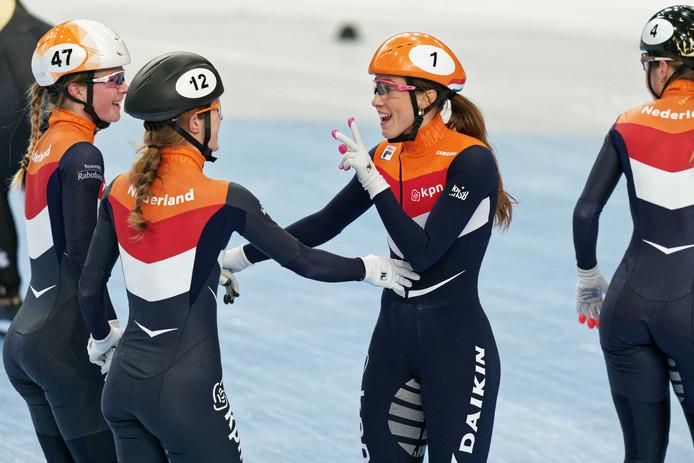 Suzanne Schulting, Rianne de Vries, Yara van Kerkhof en Lara van Ruijven na de 3000 m relay tijdens de kwalificaties bij de Europese kampioenschappen shorttrack in Hongarije.