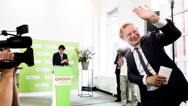 Fractievoorzitter van GroenLinks Bram van Ojik (R) en zijn opvolger Kamerlid Jesse Klaver tijdens de persconferentie waarin Van Ojik aangeeft op te stappen als fractievoorzitter. Beeld Freek van den Bergh/de Volkskrant
