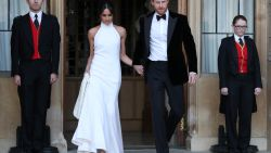 Meghan Markle past opnieuw haar trouwschoenen