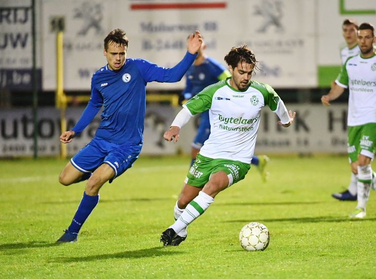 Mateo Siebens in de achtervolging op Jari Mariën van Dessel Sport.