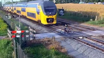 VIDEO. Fietser ontsnapt op het nippertje aan aanstormende trein in Nederland