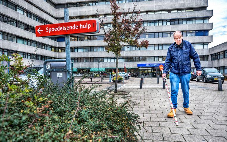 De vlaggenstok van Henk: 'Daar remmen auto's tenminste voor, ze zijn bang voor hun lak.' Beeld Raymond Rutting / de Volkskrant