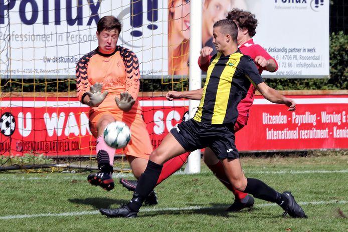 Mike de Nijs (voorgrond), hier op archiefbeeld, scoorde twee belangrijke doelpunten voor Halsteren op bezoek bij ex-medekoploper Tholense Boys. (archieffoto)