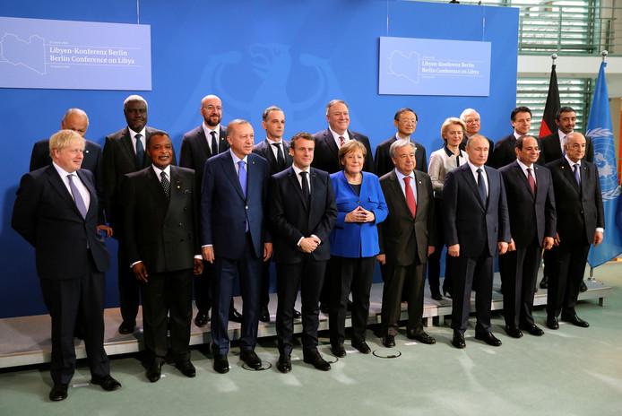 De deelnemers met v.l.n.r. de Britse premier Boris Johnson, president Denis Sassou Nguesso van Congo-Brazzaville, de Turkse president Recep Tayyip Erdogan, zijn Franse evenknie Emmanuel Macron, de Duitse bondskanselier Angela Merkel, VN-secretaris-generaal Antonio Guterres, de Russische president Vladimir Putin, de Egyptische President Abdel Fattah al-Sisi, de Algerijnse president Abdelmadjid Tebboune, de Amerikaanse minister van Buitenlandse Zaken Mike Pompeo en EU-voorzitter Ursula von der Leyen.