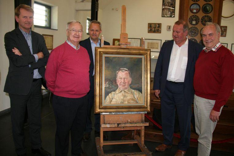 Koen Helsen, zoon Raymond Wagemaekers, Luc Janssens, Dirk Van Mechelen en voorzitter André De Vleeschouwer rond het schilderij van Jefke Schnaps geschilderd door Fons Weylemans.