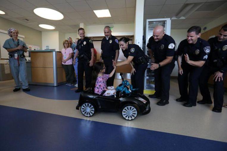 Andrea geeft ook de politieagenten die de auto's doneerden een high-five als bedankje.