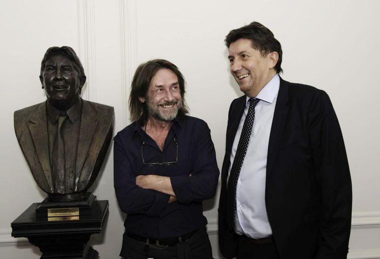 Herman Reynders en kunstenaar Gerard Moonen bij het borstbeeld.