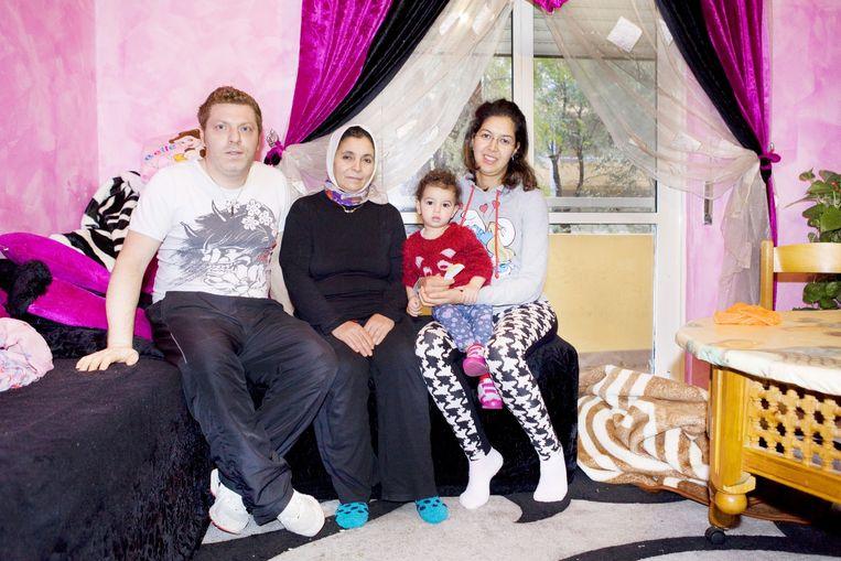 Familieportret van Antonio en Loubna. Beeld Io Cooman